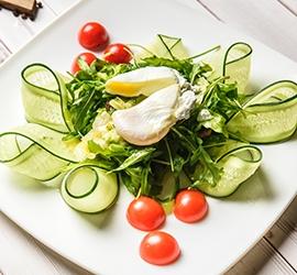 Салат с куриной грудкой и яйцом пашот