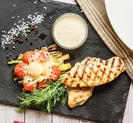 Стейк из куриного филе с запеченными овощами