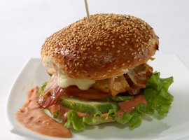 Бургер с курицей и беконом